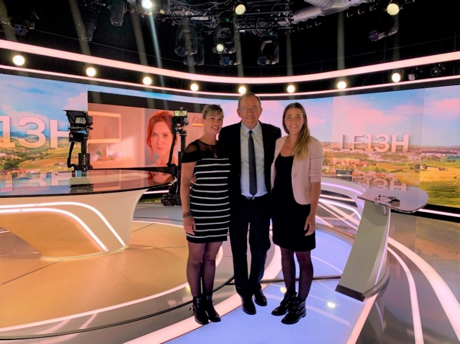 Jean-Pierre Pernaut entouré de Dorothée Baverel et Lise Farine, les gagnantes du jeu-concours Votre Plus Beau Marché, sur le plateau du JT de 13H