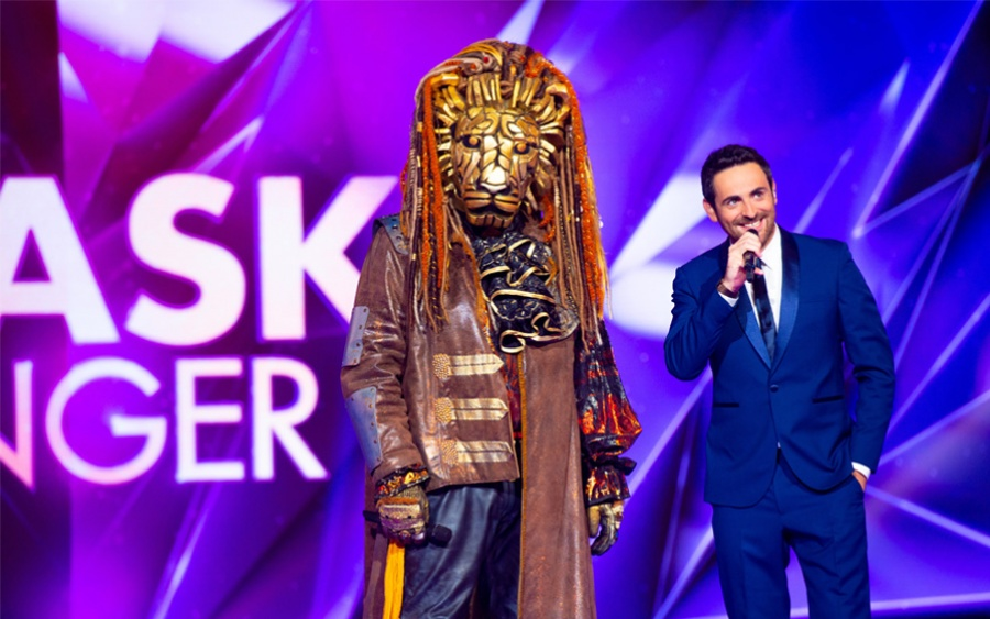 Photo de Camille Combal et costume du lion dans Mask Singer